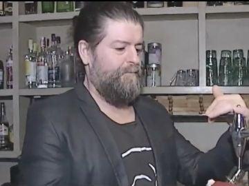 El dueño de un bar que reparte cerveza