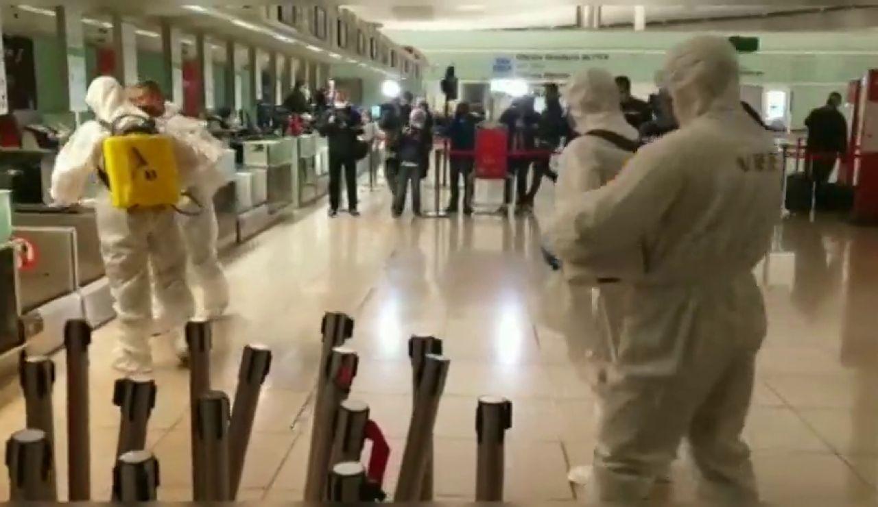 La UME inicia su despliegue en Cataluña con la desinfección de El Prat