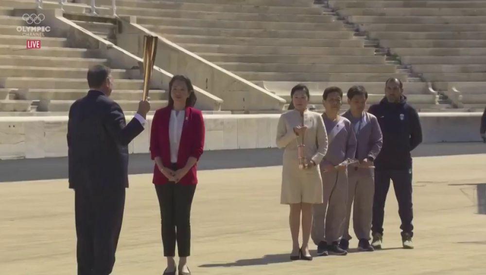 La llama olímpica, entregada en Atenas en total soledad por el coronavirus