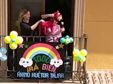 Funciones de teatro desde el balcón para entretener a sus vecinos durante el confinamiento por coronavirus