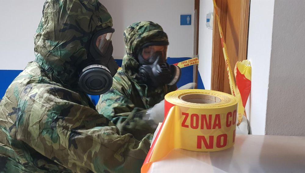 El Ejército desinfecta el Parque de Bomberos de Sa Teulera (Palma).