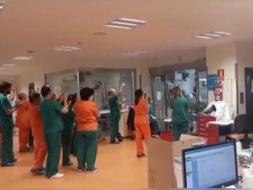 El emocionante momento en el que extuban a un paciente con coronavirus en la UCI del Ramón y Cajal