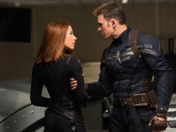 Scarlett Johansson y Chris Evans como Viuda Negra y Capitán América en Marvel