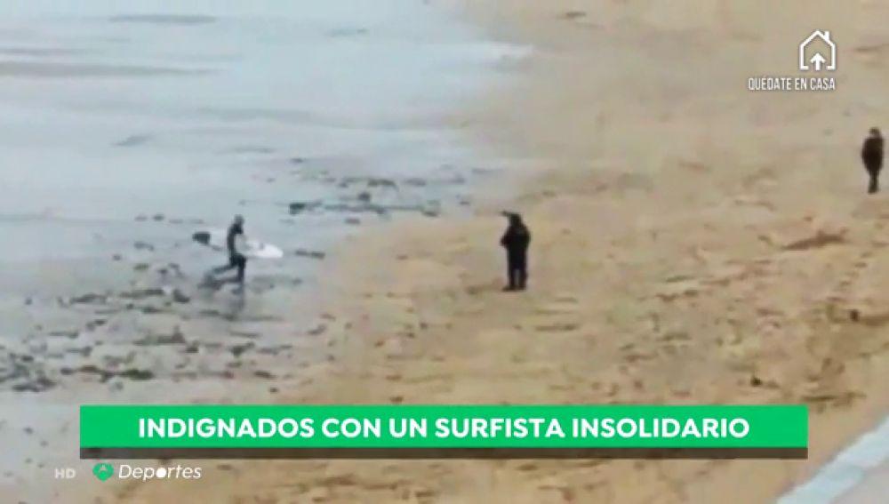 Un surfista, multado en la playa de Zarautz por hacer surf saltándose el confinamiento por el coronavirus