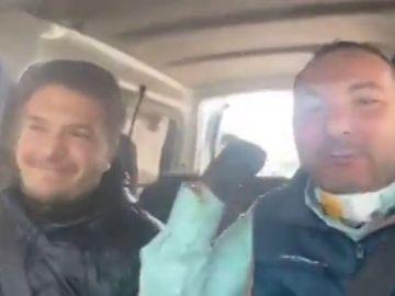 """La irresponsabilidad de un padre y un hijo paseando con su furgoneta para """"alegrar"""" a sus vecinos"""