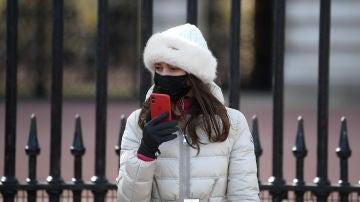Una ciudadana con mascarilla, en la calle