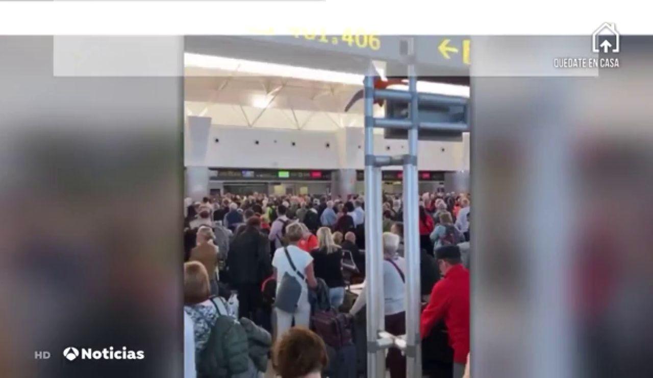 Cientos de personas se concentran en los aeropuertos canarios para conseguir salir de las islas
