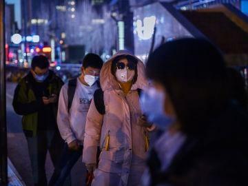 Ciudadanos con mascarillas en China