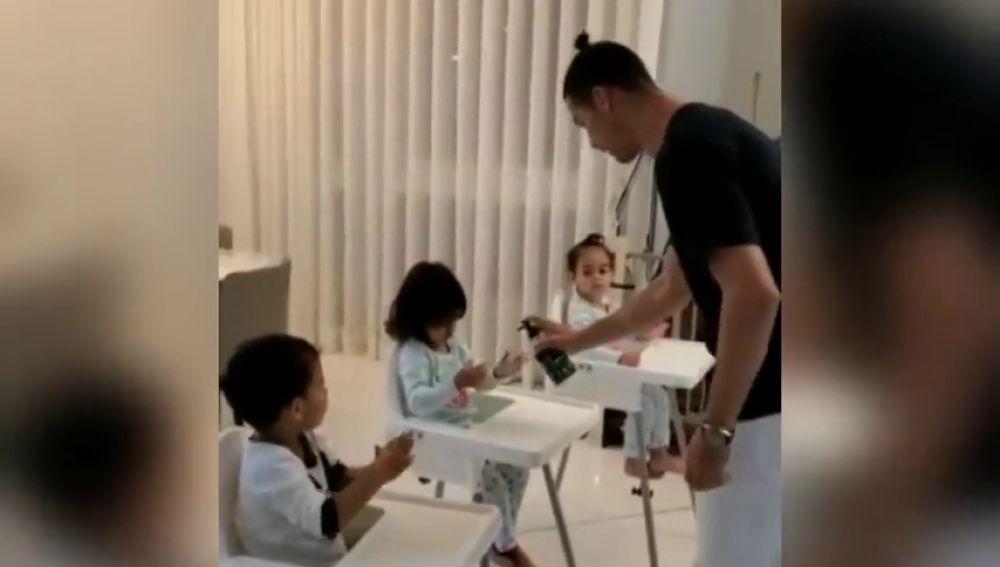 La lección de Cristiano Ronaldo a sus hijos sobre la importancia de lavarse las manos en tiempos de coronavirus