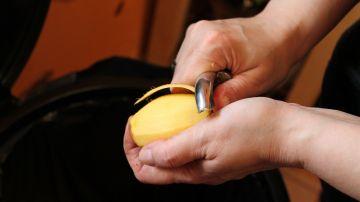 Truco cocina: Cómo pelar patatas en 5 segundos