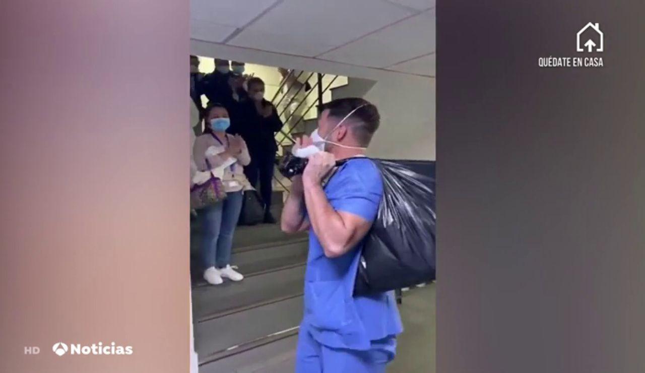 Aplausos para los sanitarios que salen de trabajar