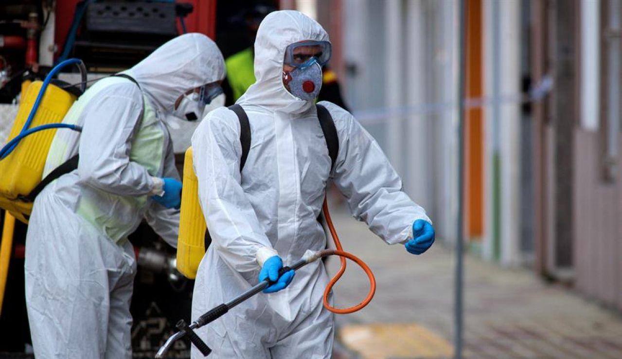 Miembros de la UME en tareas de desinfección