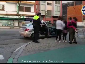 Paran un coche en Sevilla con ocho personas dentro, sin ITV y sin faros