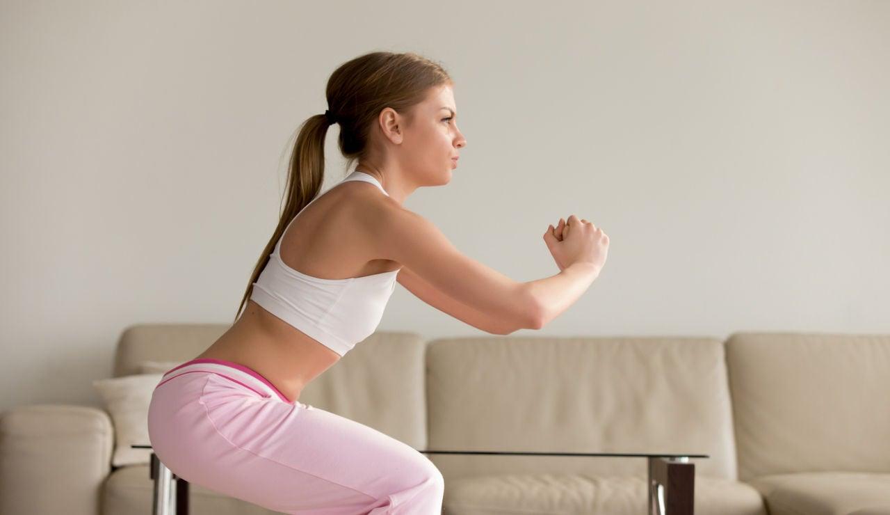 Practicar sentadillas y otros ejercicios en casa