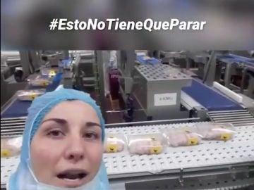 Una trabajadora de una fábrica