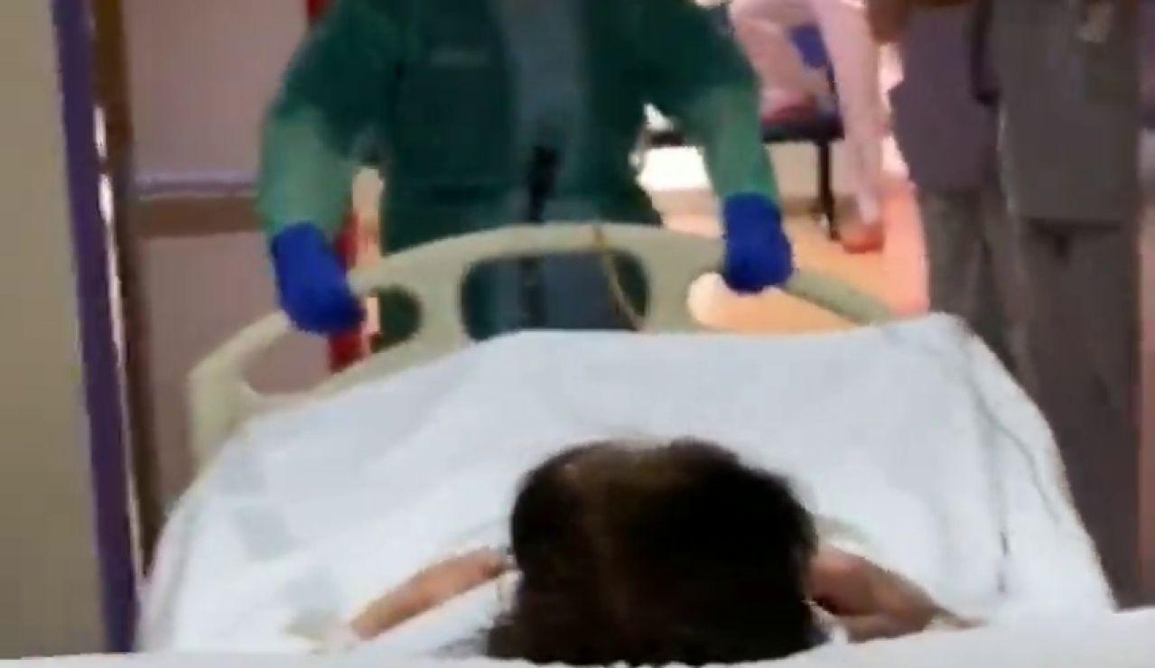 El emotivo aplauso de los sanitarios a la primera paciente extubada en Castellón tras superar el coronavirus