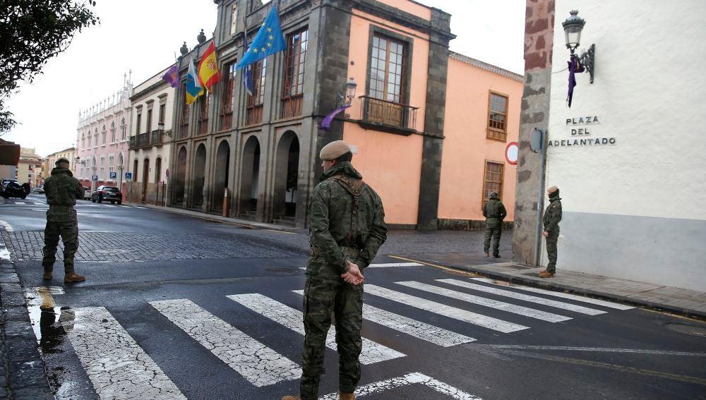 Varios soldados del Ejército de Tierra hacen labores de control de vehículos