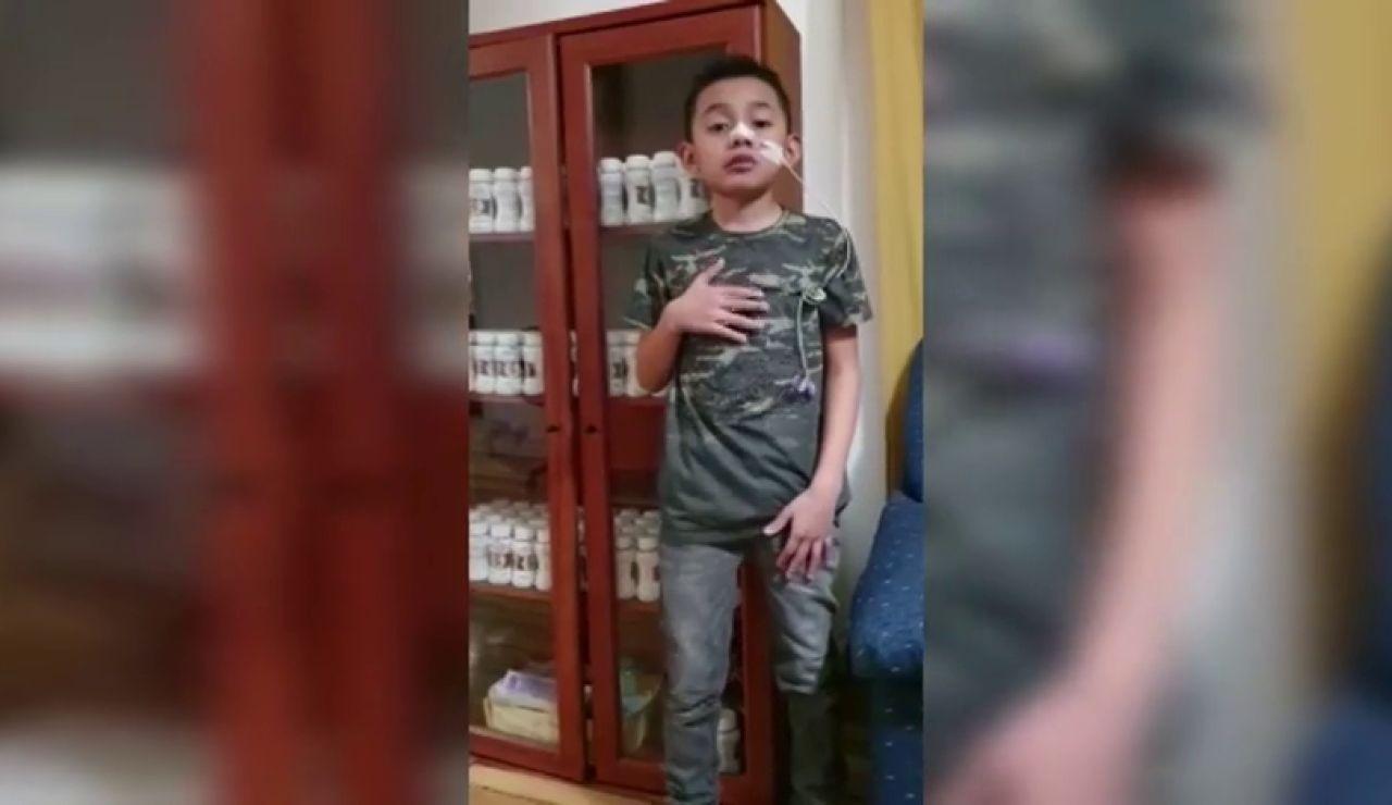 """Un niño que fue operado de vida o muerte pide ayuda para los sanitarios que le salvaron: """"¡Por favor, quedaros en casa!"""""""