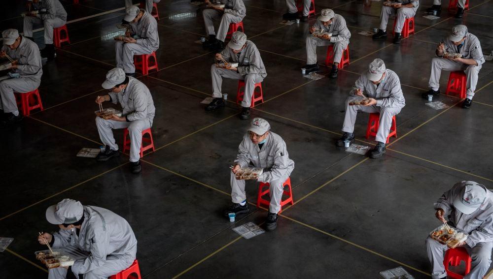 Trabajadores de una fábrica de Wuhan