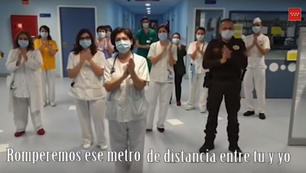 La canción de Lucía Gil convertida en himno a la esperanza en Internet: 'Volveremos a brindar'