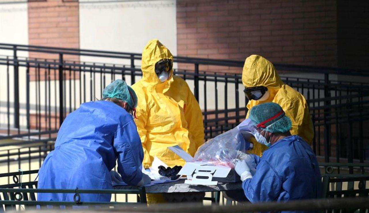 Sanitarios trabajan contra el coronavirus en Italia