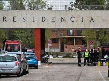 Varios efectivos de la Unidad Militar de Emergencias se despliegan en la residencia Francisco de Vitoria de Alcalá de Henares