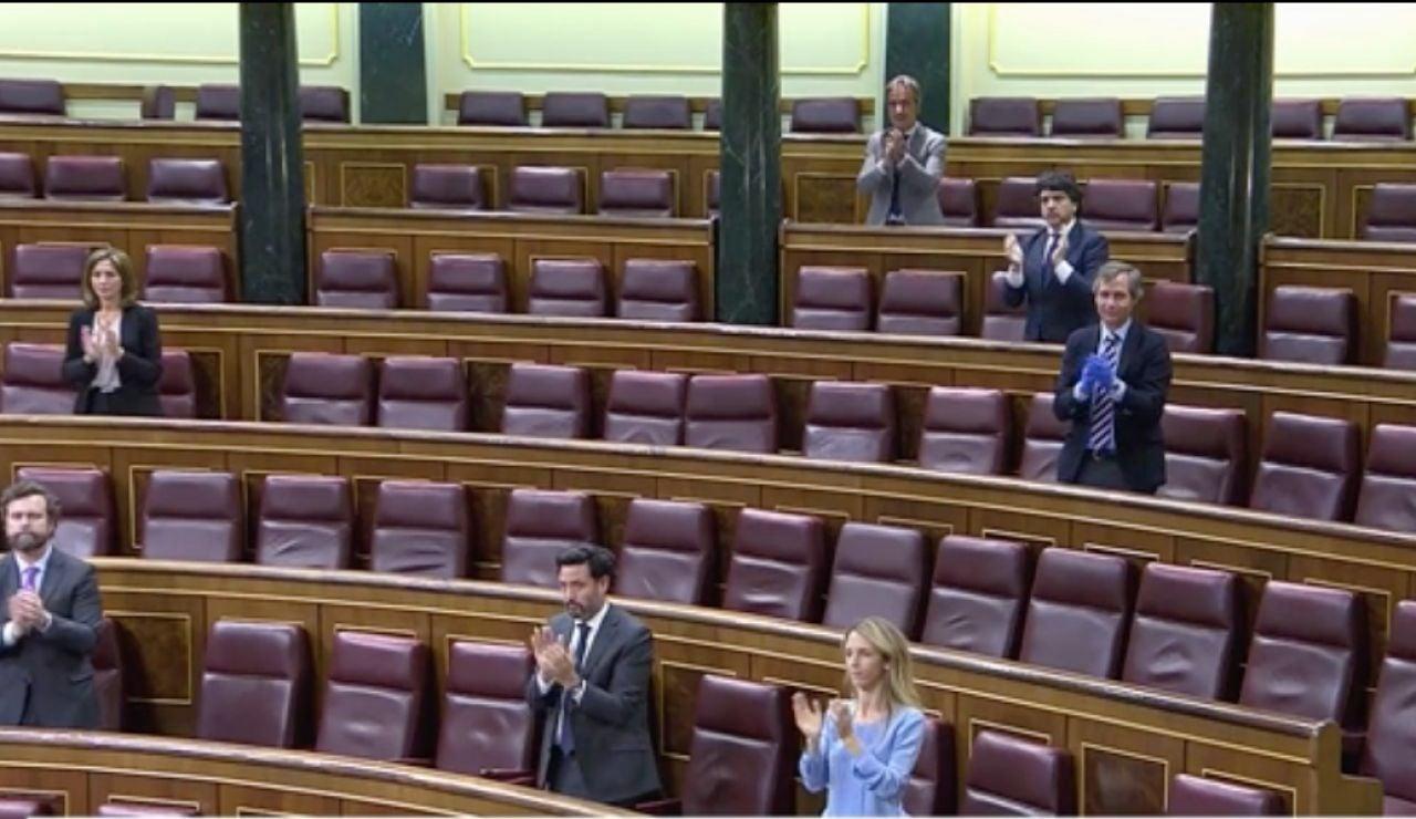 Diputados aplaudiendo a los sanitarios