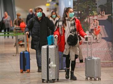 Españoles en el aeropuerto de Alicante