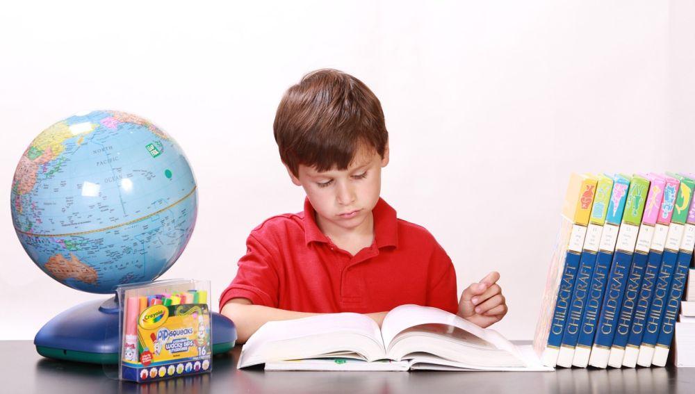Niño estudiando en casa