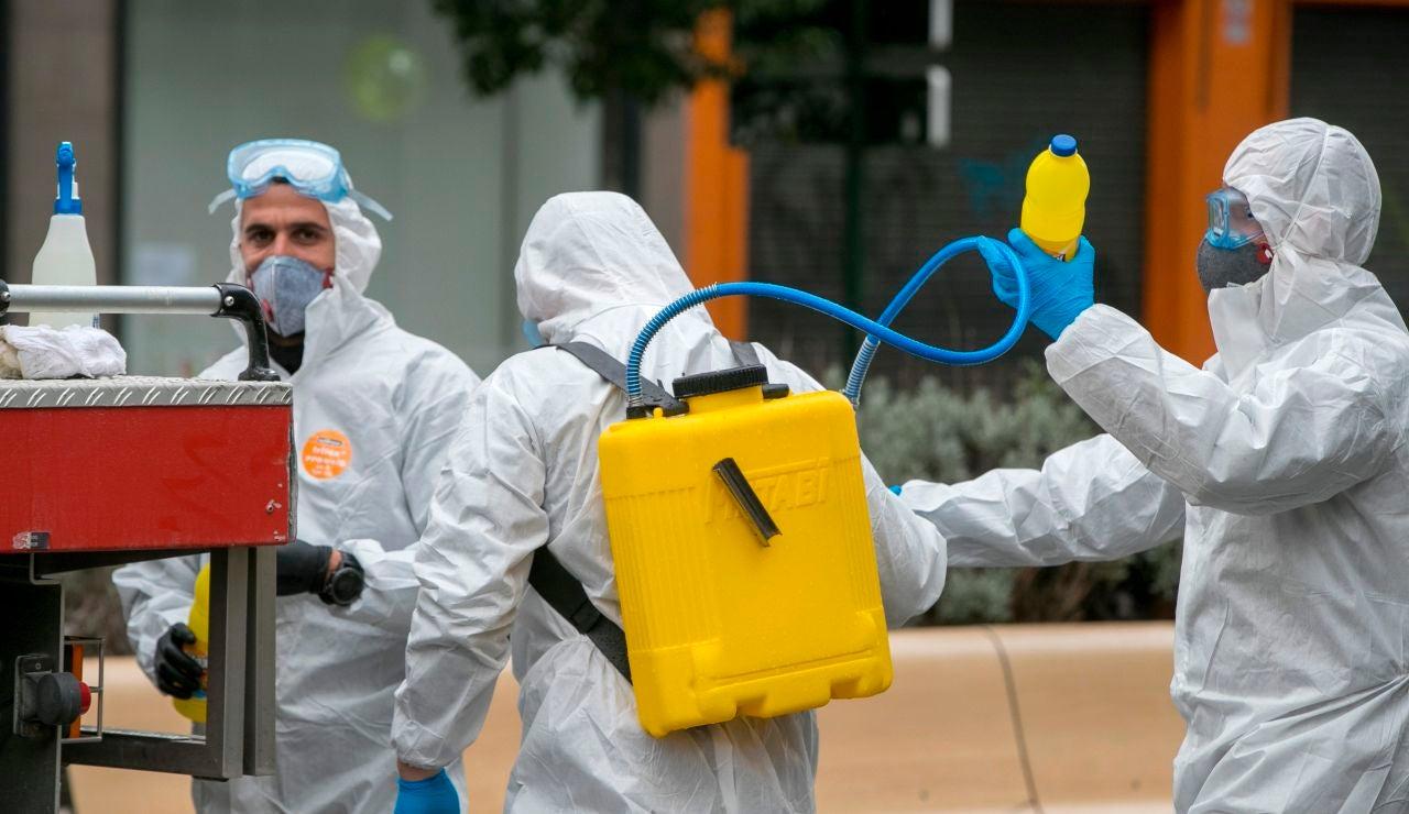 Militares del la Unidad Militar de Emergencias (UME), del Ejército de Tierra y de la Infantería de Marina trabajan para desinfectar instalaciones