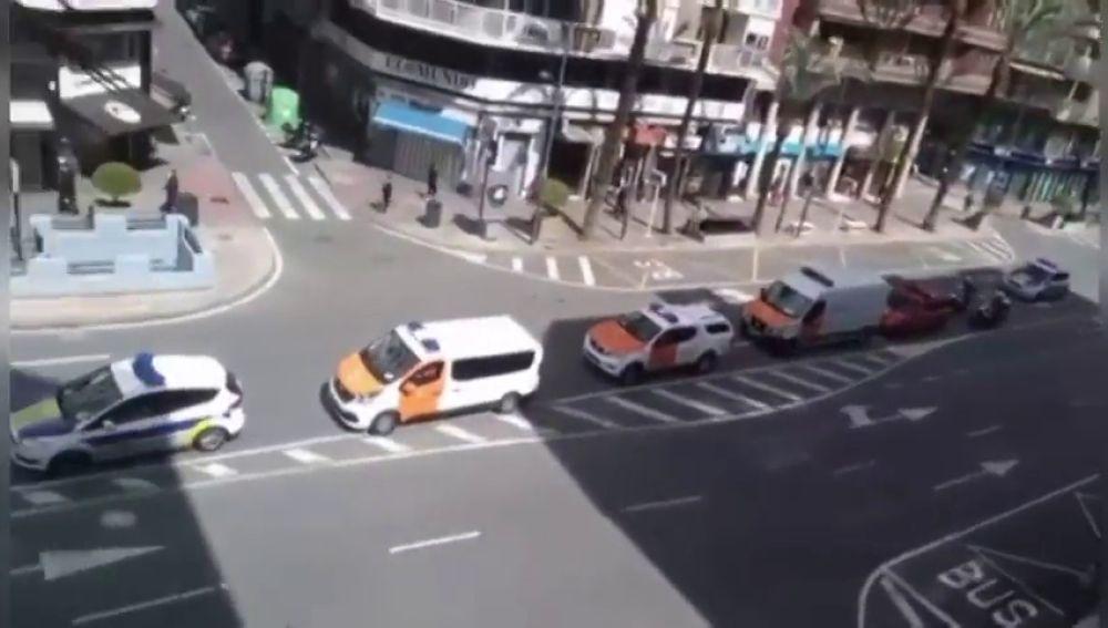 Caravana de agradecimiento por las calles de Alicante de policía local, bomberos y protección civil en la lucha contra el coronavirus