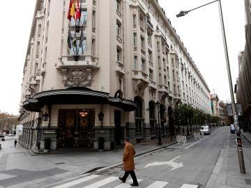 Un hombre pasa junto al Hotel Palace de Madrid