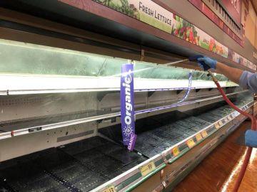 Limpieza en las estanterías de Gerrity supermarket
