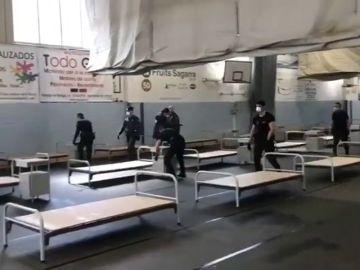 La Guardia Civil colabora en el montaje de un hospital la localidad barcelonesa donde los independentistas presionaban para que se fueran