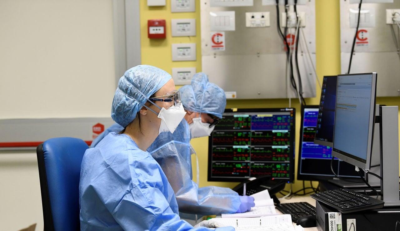 Médicos que tratan el coronavirus en Europa