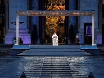 El Papa Francisco, solo en la Plaza de San Pedro