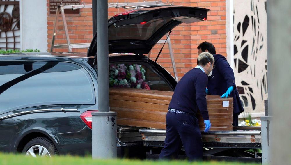 Llegada de un féretro al crematorio