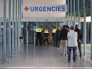 Agentes controlan el acceso a Urgencias en el Hospital del Mar en Barcelona.
