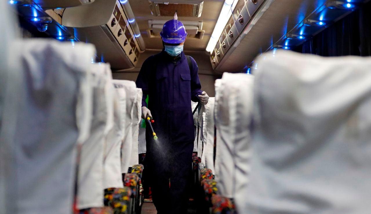 Desinfección de un autobús en Birmania