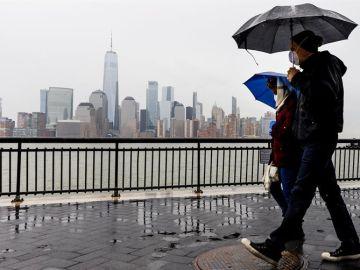 Dos personas pasean ataviados con mascarillas en Nueva Jersey, Estados Unidos.