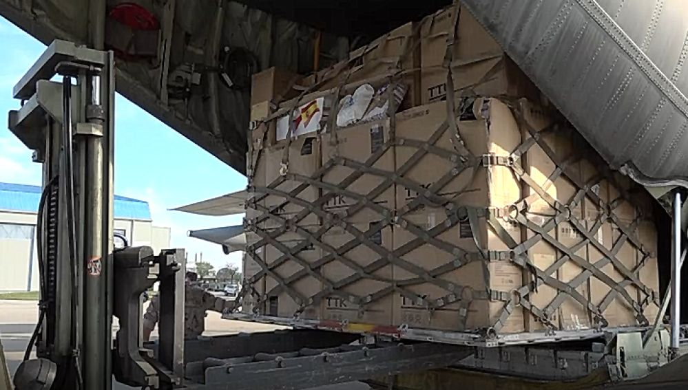 Un avión del Ejército carga material sanitario en Shanghai para traerlo a España