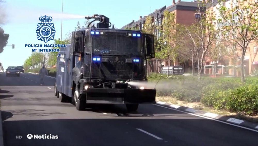 La Policía Nacional descontamina las calles de coronavirus gracias al camión lanza-agua
