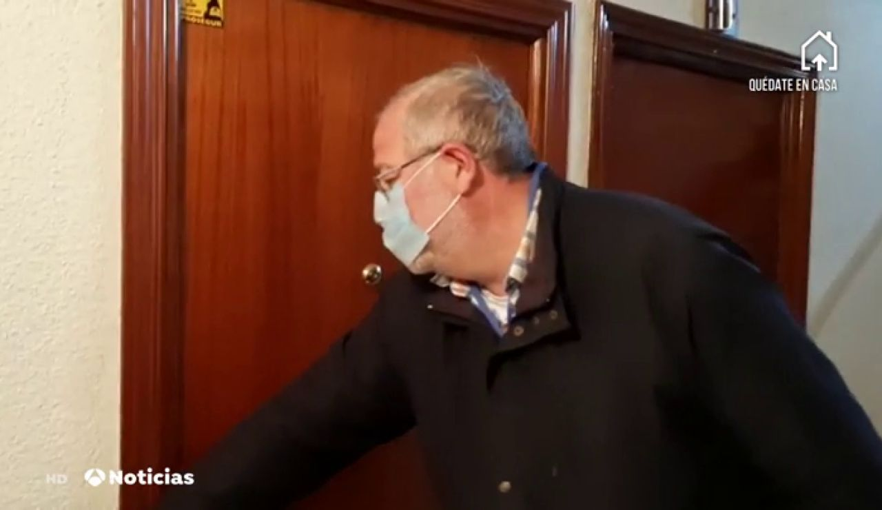 Voluntarios con un datáfono van a las viviendas de las personas mayores de Fuenlabrada para que tengan liquidez