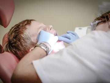 Una dentista atiende a un paciente en una clínica odontológica.