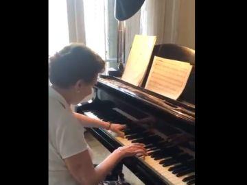 Lucy, la pianista de 90 años que sigue tocando magistralmente