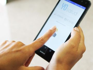Una persona accede a la plataforma 'YoSalud' en un teléfono móvil.