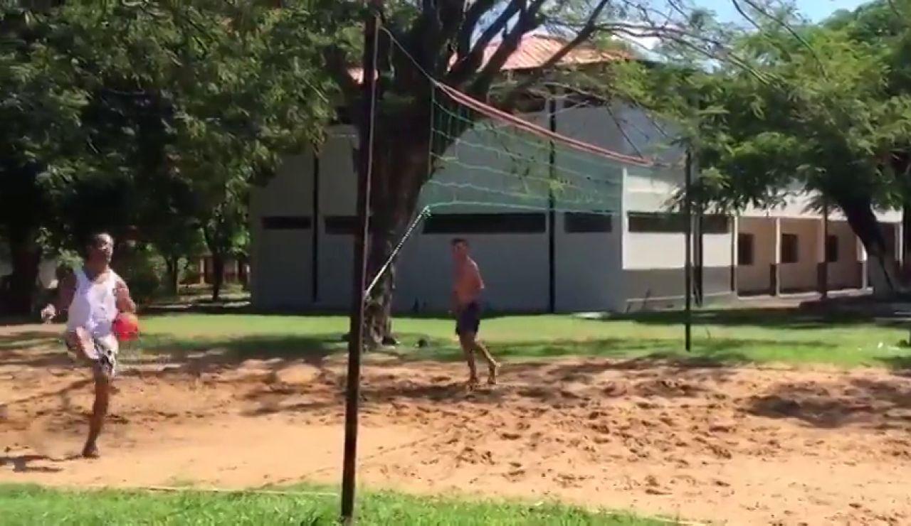 Ronaldinho jugando al futvóley en la cárcel mientras todo Paraguay está confinada por el coronavirus