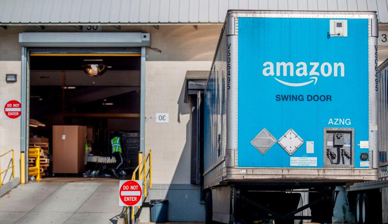 Un camión carga paquetes en un centro logístico de Amazon en Estados Unidos