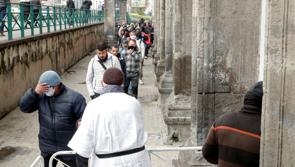 Un sacerdote dona comida en Nápoles, Italia