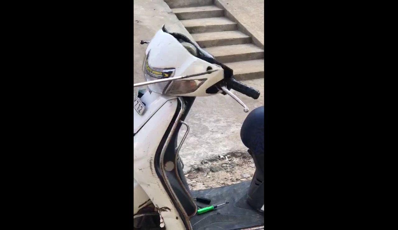 Encuentran una serpiente dentro de una moto